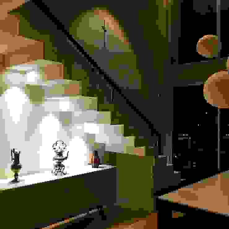 Iluminacao de baixo dos degraus da escada por Elaine Hormann Architecture Moderno Concreto