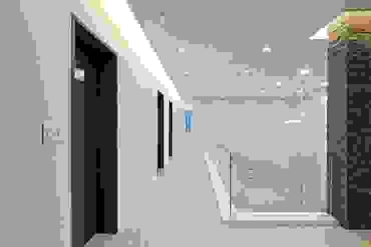 피앤이(P&E)건축사사무소 Pasillos, vestíbulos y escaleras de estilo moderno