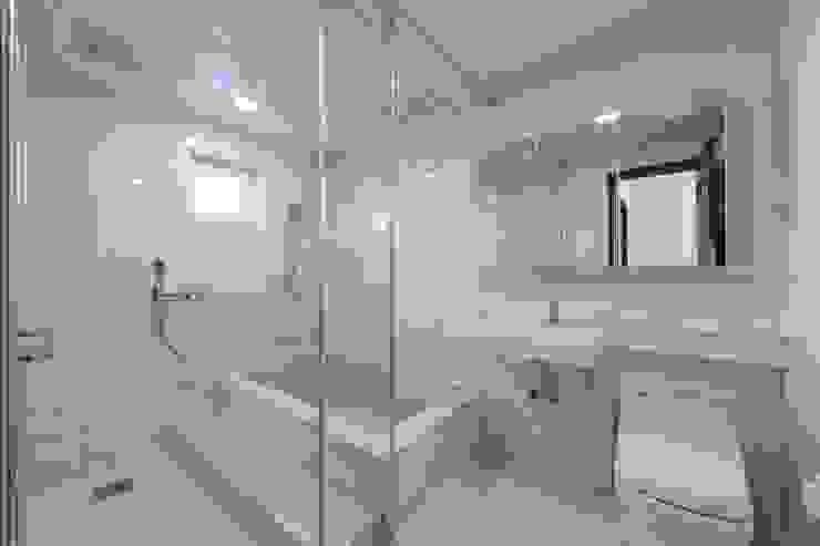 Modern bathroom by 피앤이(P&E)건축사사무소 Modern