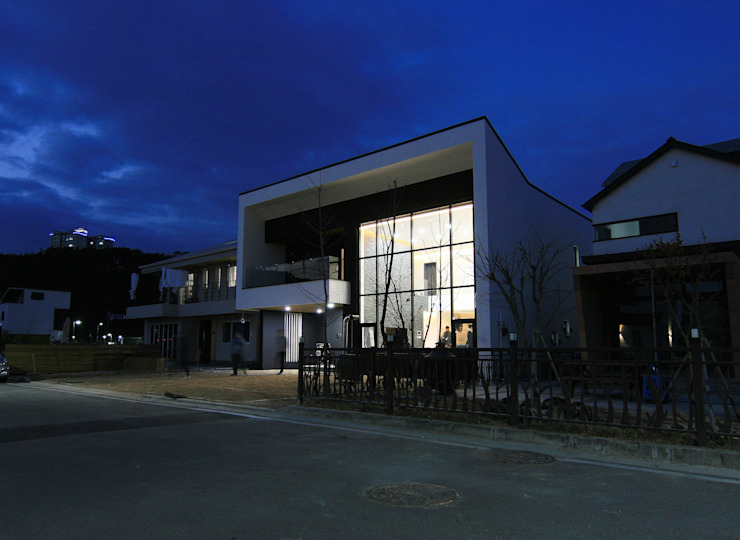 Modern houses by 피앤이(P&E)건축사사무소 Modern