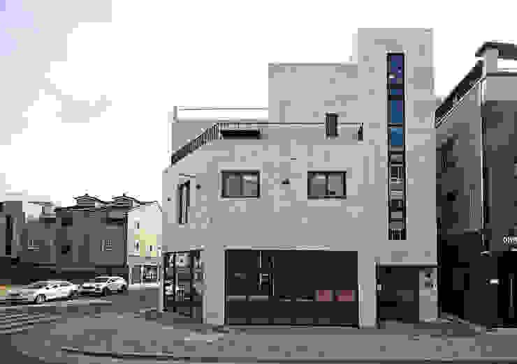 Case moderne di 피앤이(P&E)건축사사무소 Moderno