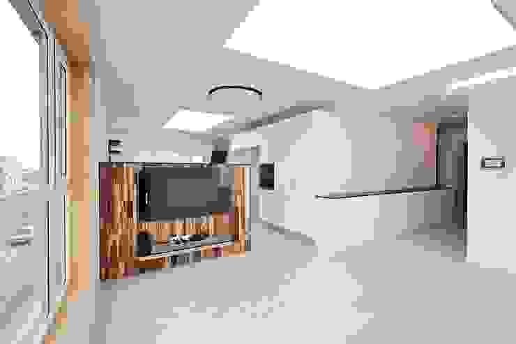 Soggiorno moderno di 피앤이(P&E)건축사사무소 Moderno