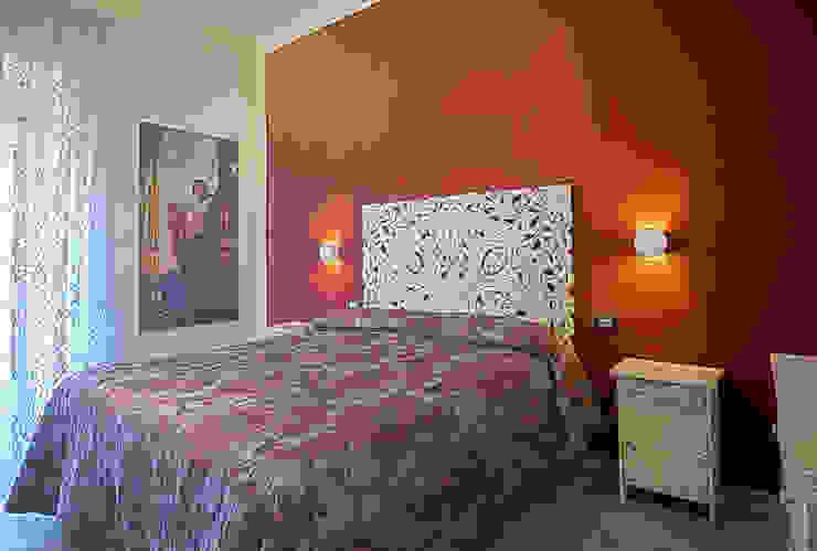 Stanza da letto rossa Rosa Gorgoglione Architetto Camera da letto eclettica Legno Rosso