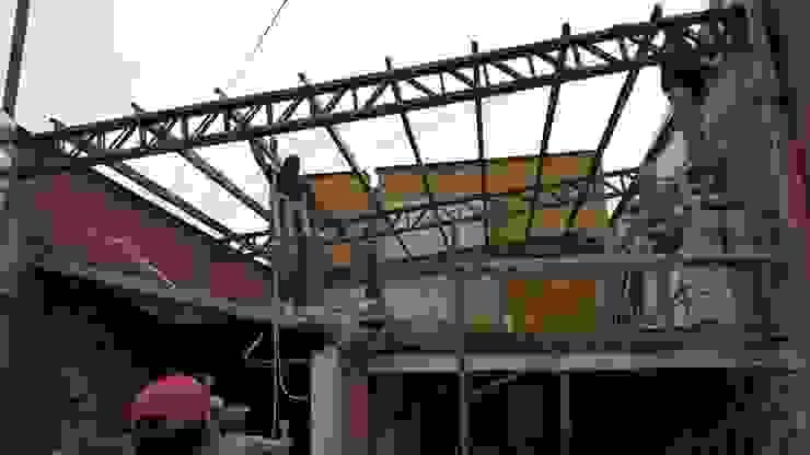 Armando estructura metálica de techo Oficinas y tiendas de estilo industrial de CONSTRU/ARQ: Construya Ud.una Arquitectura de manera PLANIFICADA, INTELIGENTE Y SEGURA Industrial
