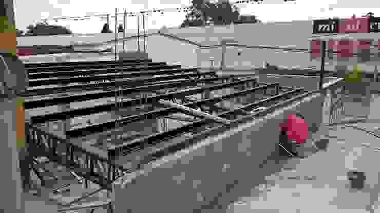 cierre lateral derecho con Mampostería tradicional Oficinas y tiendas de estilo industrial de CONSTRU/ARQ: Construya Ud.una Arquitectura de manera PLANIFICADA, INTELIGENTE Y SEGURA Industrial
