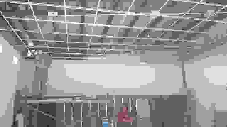 Armando estructura de cielorraso Oficinas y tiendas de estilo industrial de CONSTRU/ARQ: Construya Ud.una Arquitectura de manera PLANIFICADA, INTELIGENTE Y SEGURA Industrial
