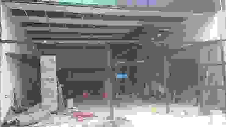 Colocando placas desmontable Oficinas y tiendas de estilo industrial de CONSTRU/ARQ: Construya Ud.una Arquitectura de manera PLANIFICADA, INTELIGENTE Y SEGURA Industrial