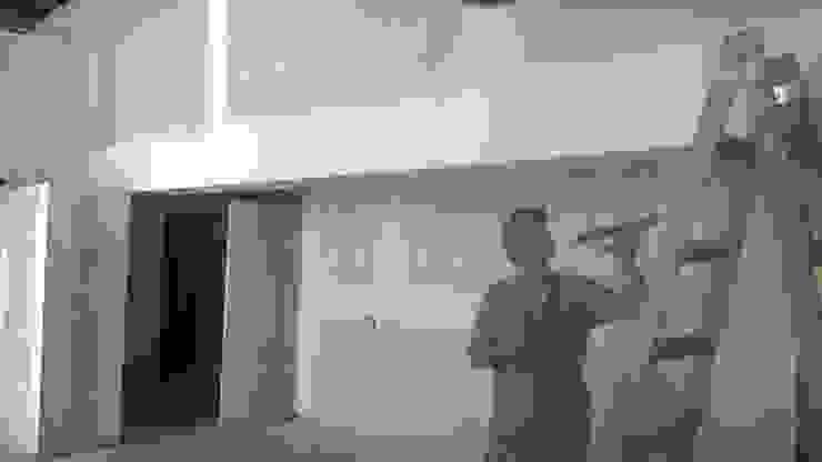 Enmasillando placas de Durlock Oficinas y tiendas de estilo industrial de CONSTRU/ARQ: Construya Ud.una Arquitectura de manera PLANIFICADA, INTELIGENTE Y SEGURA Industrial
