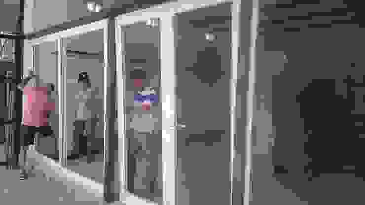 Instalando la Puerta de aluminio Oficinas y tiendas de estilo industrial de CONSTRU/ARQ: Construya Ud.una Arquitectura de manera PLANIFICADA, INTELIGENTE Y SEGURA Industrial