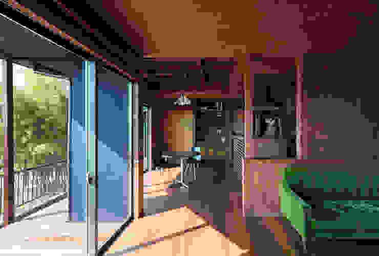 Livings de estilo  por SQOOL一級建築士事務所
