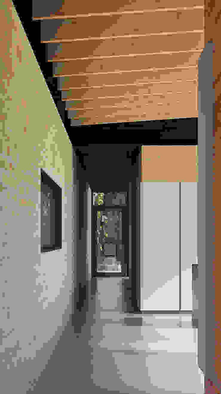 doorkijk naar groen Landelijke gangen, hallen & trappenhuizen van STAAG architecten Landelijk Glas