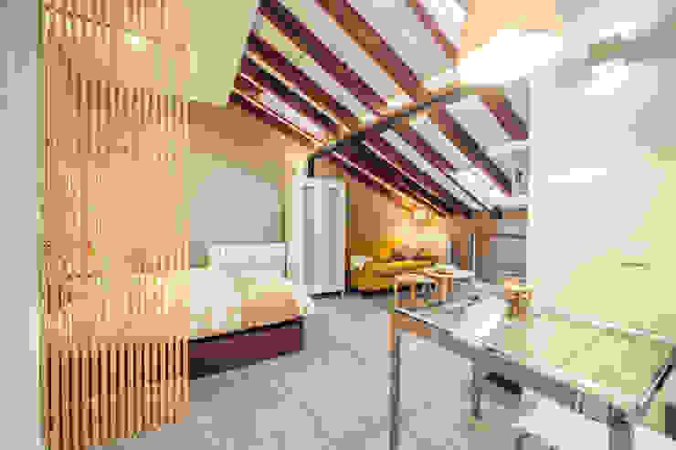 Reforma de vivienda abuhardillada en Madrid Centro. Arkin Salones de estilo moderno Madera Acabado en madera