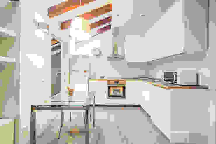 Reforma de una pequeña cocina en Madrid Centro. Arkin Cocinas de estilo moderno Azulejos Blanco