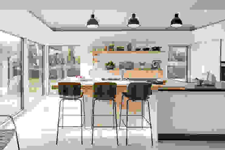 Arts & Crafts House Dapur Gaya Skandinavia Oleh design storey Skandinavia