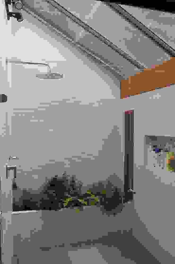 Ducha Baño principal. Baños de estilo moderno de ATELIER HABITAR Moderno