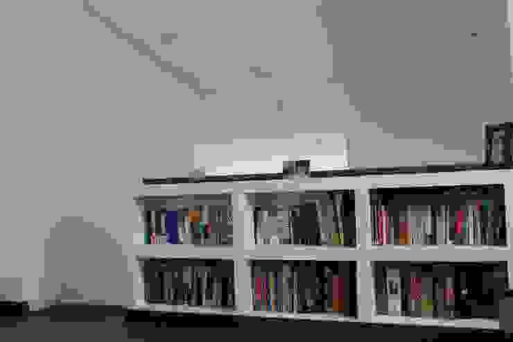 Librero Estudios y despachos de estilo moderno de ATELIER HABITAR Moderno