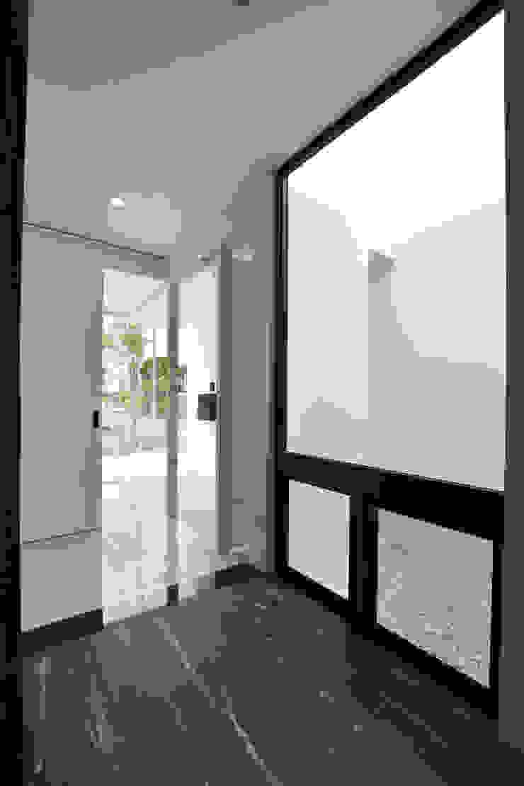 玄関、光庭 モダンスタイルの 玄関&廊下&階段 の Style Create モダン