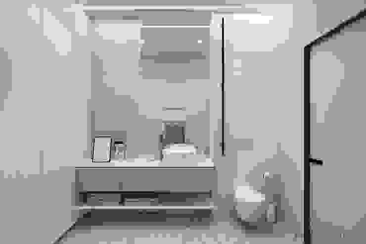 WHITE BREATH Minimalistische Badezimmer von Tobi Architects Minimalistisch