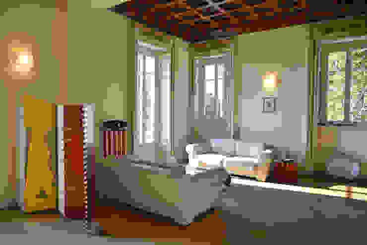 Villa d'Epoca Soggiorno classico di Tamara Gerosa Classico Legno Effetto legno