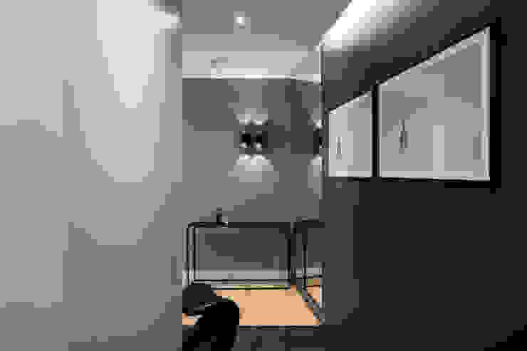 Коридор, прихожая и лестница в модерн стиле от Anna Serafin Architektura Wnętrz Модерн