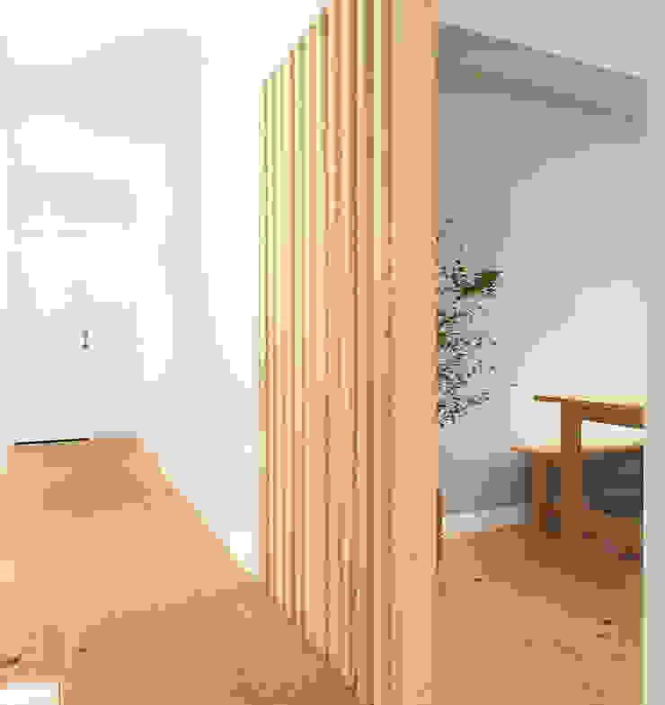 Scandinavian style corridor, hallway& stairs by Homestories Scandinavian