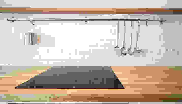 Casa do Pedro e da Sónia Cozinhas escandinavas por Homestories Escandinavo