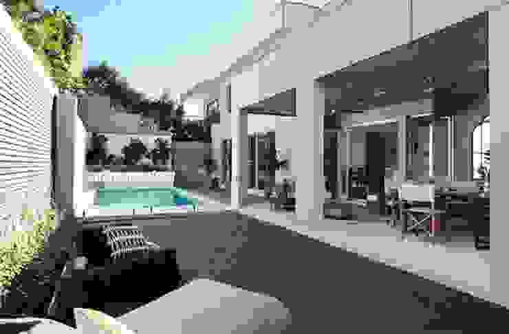 Moderne huizen van Công ty thiết kế xây dựng hồ bơi Saigonpoolspa Modern