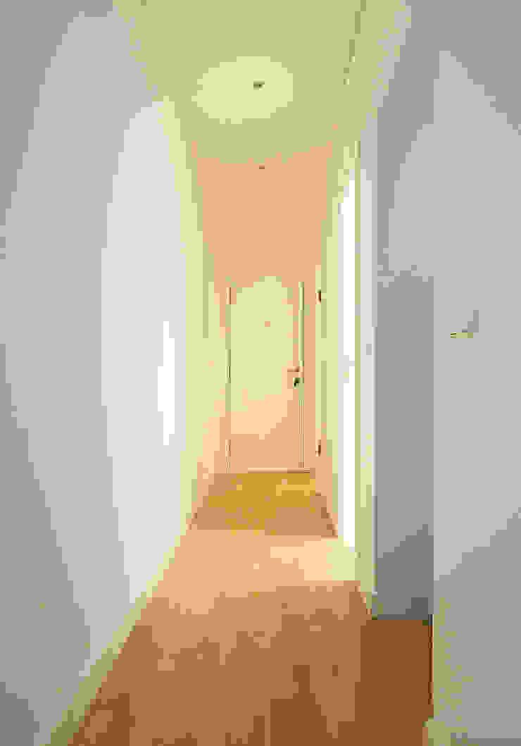 Couloir, entrée, escaliers scandinaves par Homestories Scandinave