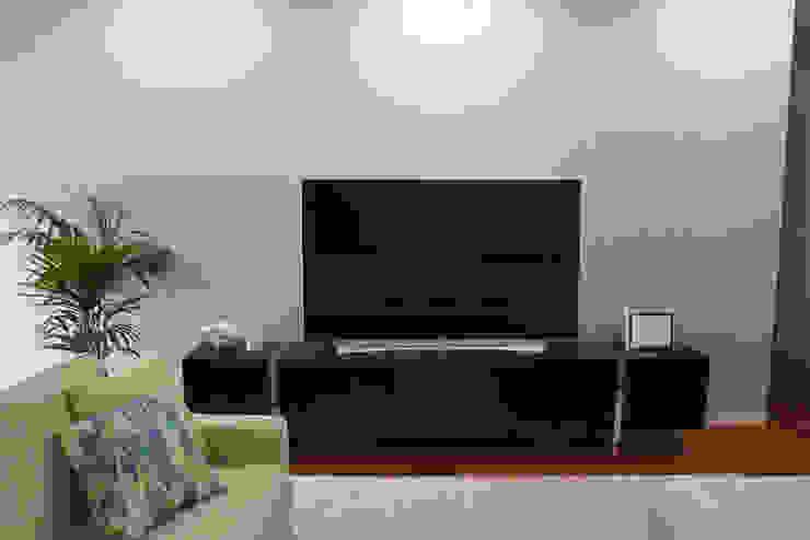 Zona de Televisão Salas de estar modernas por Perfect Home Interiors Moderno Madeira maciça Multi colorido
