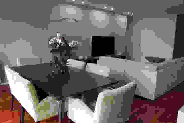 Sala de comum_zona de jantar por Perfect Home Interiors Moderno Madeira maciça Multi colorido