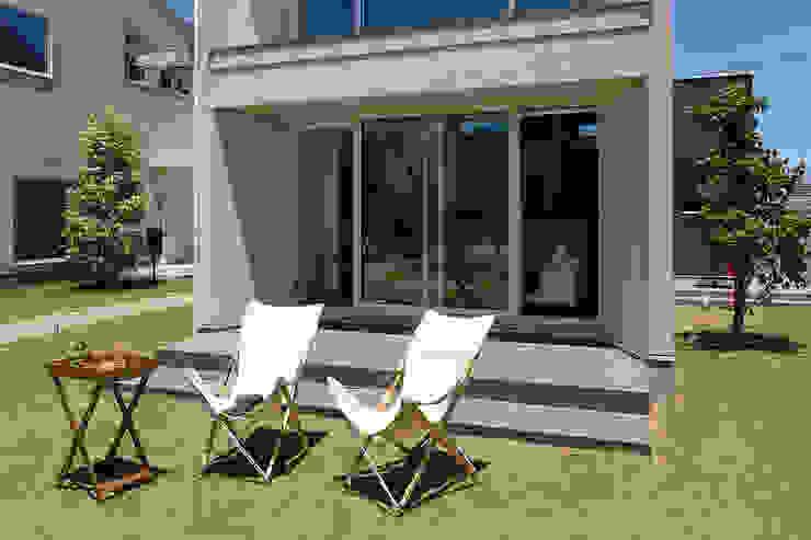 自然にコミュニティの生まれる屋外テラス: タイコーアーキテクトが手掛けた庭です。,モダン