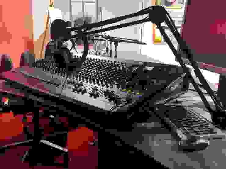 Studio di registrazione radiofonico BY NIGHT ROMA - LIVE SOCIAL Spazi commerciali moderni di Luca Palmisano Architetto Moderno
