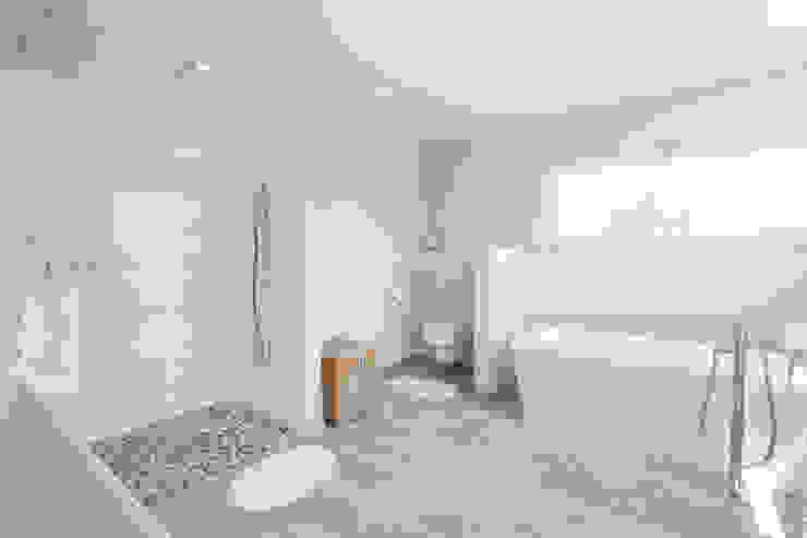 BAUHAUS-UNIKAT - Das großzügige, helle Bad sorgt für Wohlfühlatmosphäre homify Moderne Badezimmer Weiß