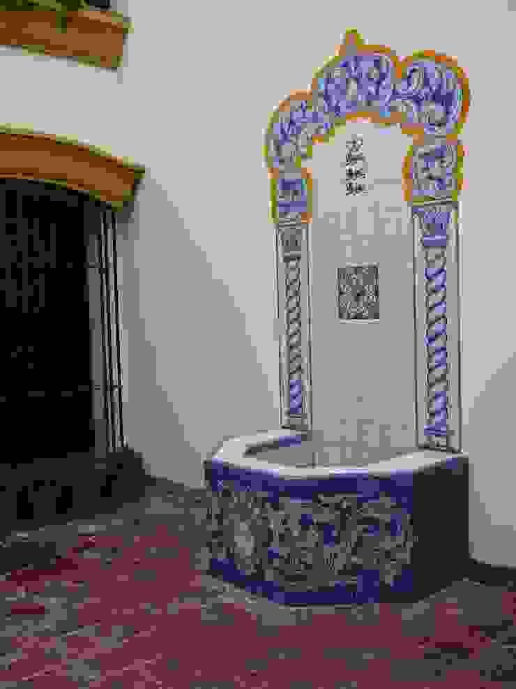 Fuente revestida en cerámicas :  de estilo colonial por Estudio Dillon Terzaghi Arquitectura - Pilar,Colonial Cerámico