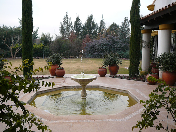 Fuente de jardín de Estudio Dillon Terzaghi Arquitectura - Pilar Colonial Cerámico