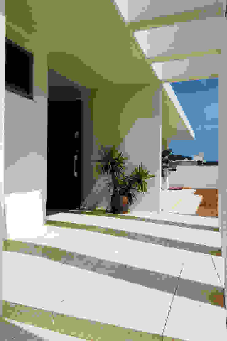 玄関アプローチ: Style Createが手掛けた折衷的なです。,オリジナル