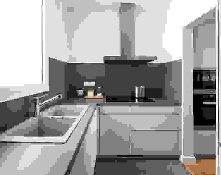 Reforma de Cocina abierta en Vivienda de Sezam disseny d'Interiors SL Minimalista Cerámico