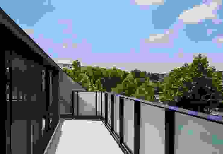 美しが丘、ガス暖炉のある住まい モダンデザインの テラス の JWA,Jun Watanabe & Associates モダン