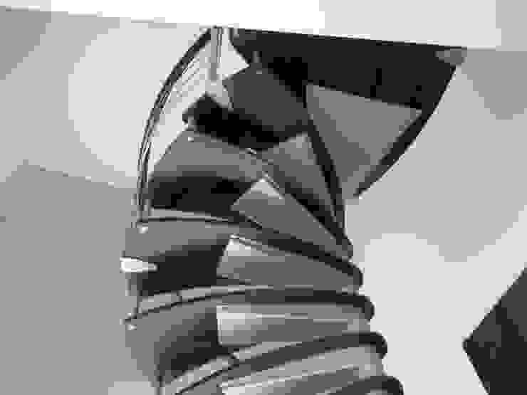 Escalera en caracol modelo NUEVA YORK de HELIKA Scale Minimalista Madera Acabado en madera