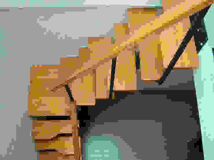 Escalera recta modelo TURIN de HELIKA Scale Moderno Madera Acabado en madera