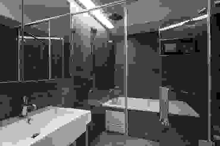 溯光質樸 現代浴室設計點子、靈感&圖片 根據 知域設計 現代風