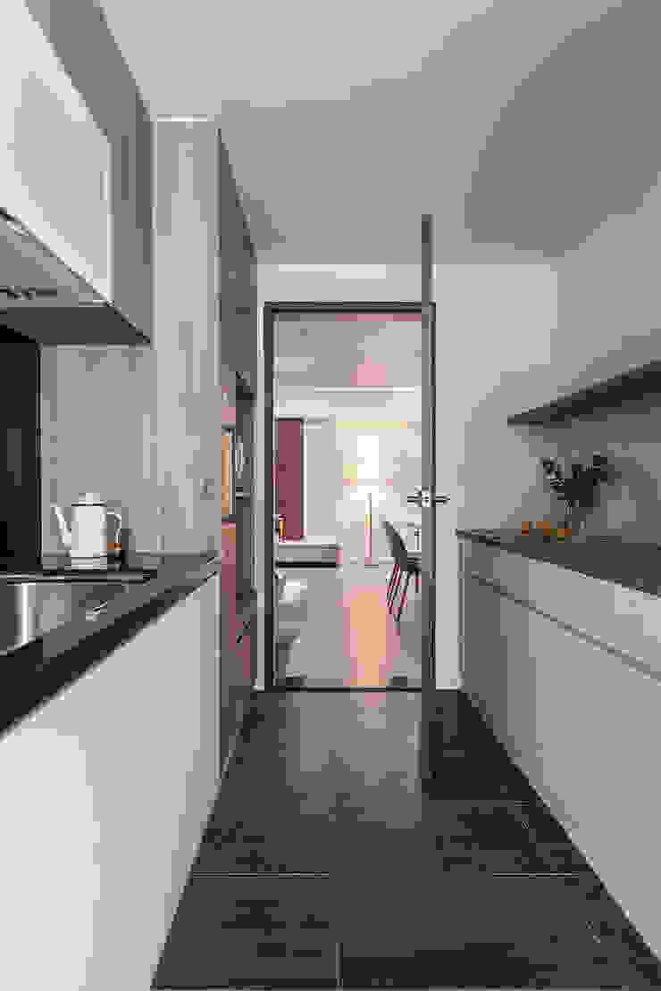 0.5+0.5>1 現代廚房設計點子、靈感&圖片 根據 知域設計 現代風