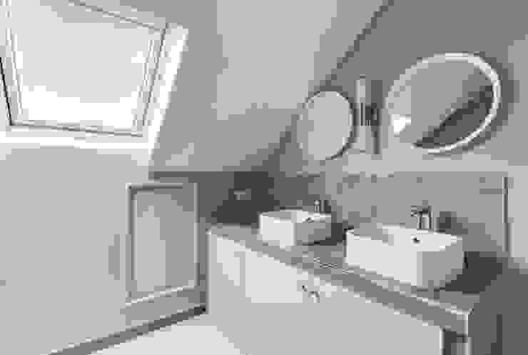 Anne Lapointe Chila Modern bathroom Sandstone Grey