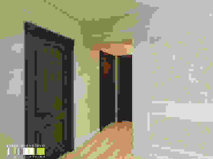 Couloir, entrée, escaliers classiques par Мастерская интерьера Юлии Шевелевой Classique