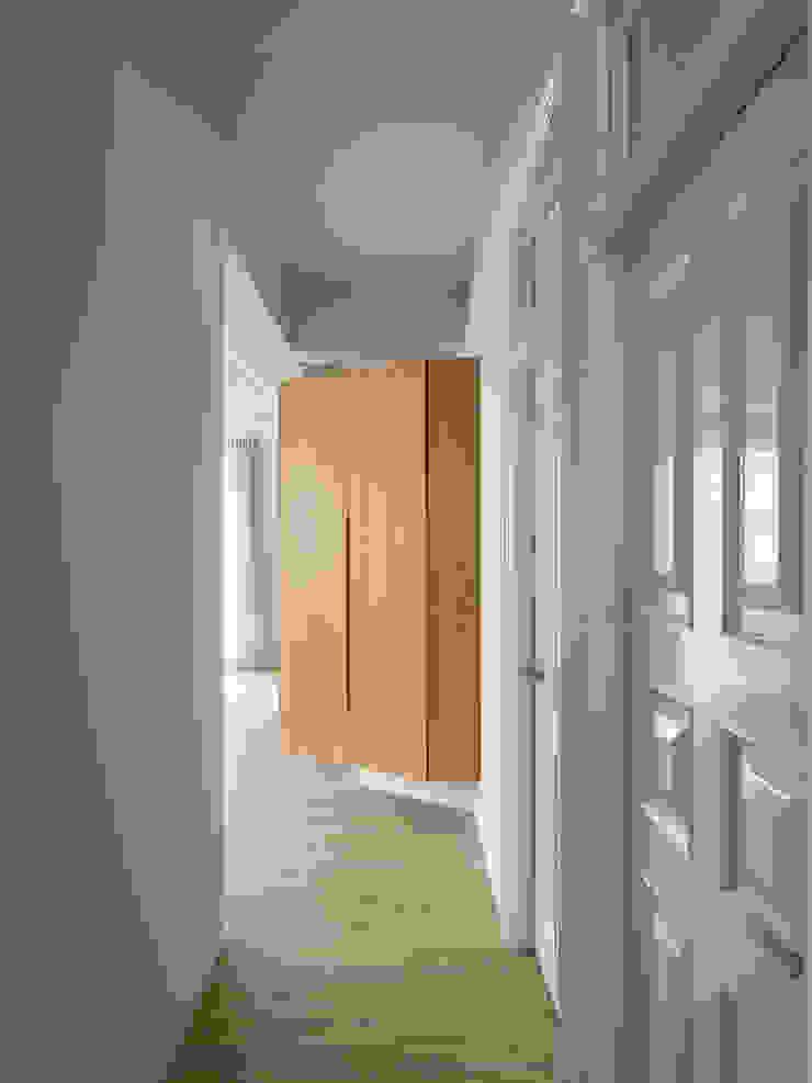 Walkway & storage 隨意取材風玄關、階梯與走廊 根據 湜湜空間設計 隨意取材風