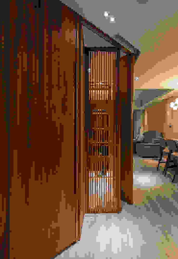 Entrance storage: 不拘一格  by 湜湜空間設計, 隨意取材風 木頭 Wood effect