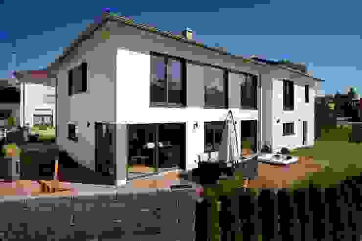 Massivholzhaus in Oberbayern - Bauökologie und modernes Design vereint Moderne Fenster & Türen von Kneer GmbH, Fenster und Türen Modern