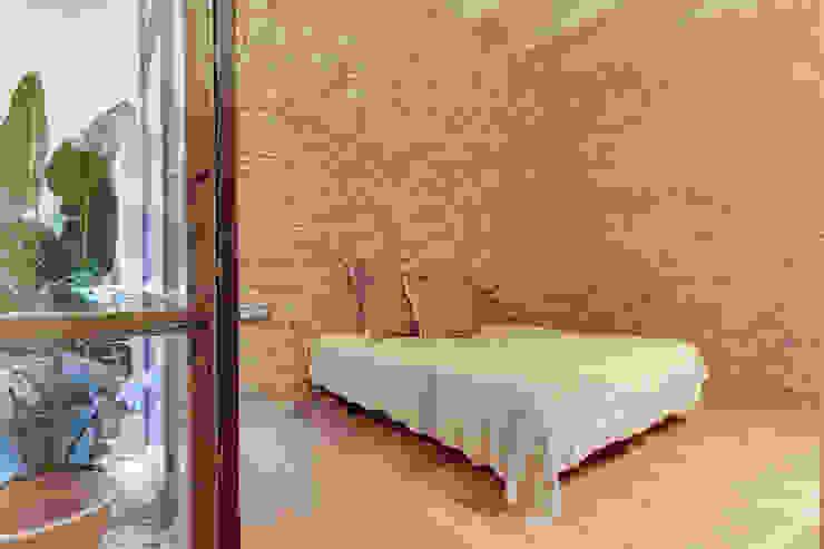 Cuartos de estilo mediterráneo de Lara Pujol | Interiorismo & Proyectos de diseño Mediterráneo