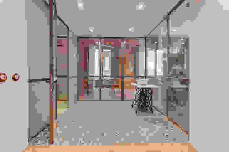 Pasillos, vestíbulos y escaleras de estilo mediterráneo de Lara Pujol | Interiorismo & Proyectos de diseño Mediterráneo