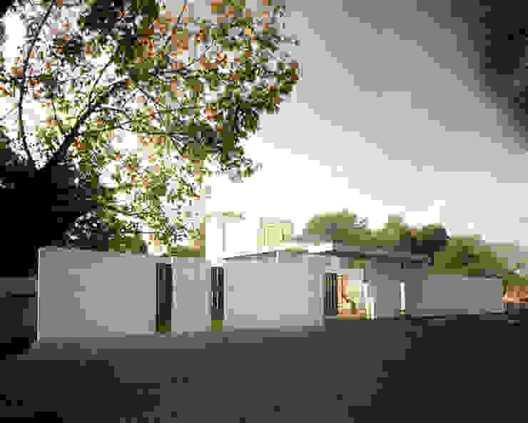 圍牆與大門 根據 勻境設計 Unispace Designs 現代風 水泥